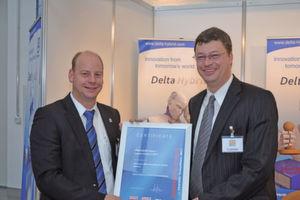 Dr. Jörg Kempf, Stellvertr. Chefredakteur PROCESS (links) übergibt Marketingleiter Stephan Brand (Aerzener Maschinenfabrik) den PROCESS User-Award. (Bild: PROCESS)