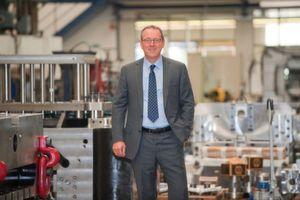 Die zweite Generation bei Schneider Form: Dr. Louis Schneider mit einem Stossfängerwerkzeug nach dem Optisize-Prinzip von Schneider Form (Bild: Schneider Form)