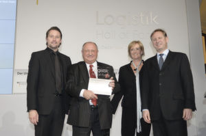 Detthold Adem (2.v.l.) nimmt die Logistik-Hall-of-Fame-Urkunde entgegen. (Bild: Ingo Schwarz)