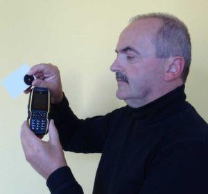 """Pitcom-Geschäftsführer Hans-Jürgen Stüber macht mit der Software """"Magic Guard 24"""" aus Handys Controller. (Bild: Pitcom)"""