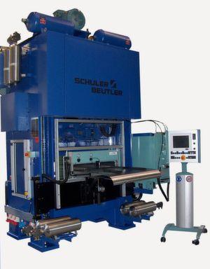 Der Einpleuel-Stanzautomat AZ 630 wurde für die Herstellung von Aluminiumverpackungen entwickelt. Mit dem Einsatz der Zwischenlagen aus dem Hause Georg Martin wird Zeit in der Endmontage gespart. (Bild: Georg Martin GmbH)
