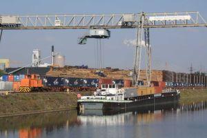 KV-Terminal mit Schiff und Containerzug im Bayernhafen Aschaffenburg. (Bild: TCA)