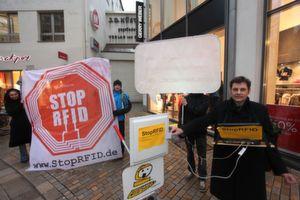 Protest in der Fußgängerzone: Aktivisten des Vereins zur Förderung des öffentlichen bewegten und unbewegten Datenverkehrs wollen die RFID-Chips stoppen. (Bild: Veit Mette)