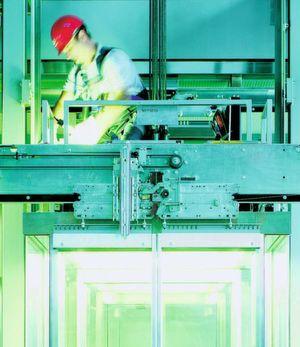 Schindler baut weltweit Aufzüge ein. In der Vergangenheit lagen die kundenspezifisch gelabelten Komponenten mehrere Wochen auf Lager. (Bild: Schindler)
