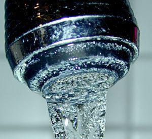 Grenzwertüberschreitungen sind bei deutschem Trinkwasser die Ausnahme. (Alex Anlicker/Wikipedia)