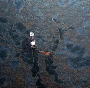 Durch die Explosion der Bohrinsel Deepwater Horizon im Golf von Mexiko strömten rund 780 Mio. l Erdöl ins Meer. Mit Boote wurde damals versucht ,t,das Öl aufzufangen. (Bildquelle: n24.de)