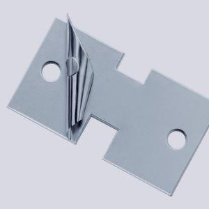 Das Abschälen der einnzelnen Stahlteile erfolgt manuell per Messer und geschieht direkt an der Maschine. (Bild: Georg Martin)