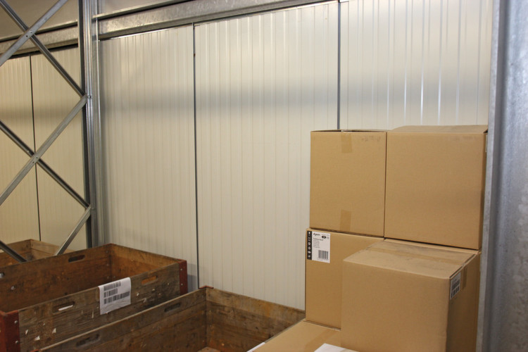 Vorhang auf und zu: Die Mitarbeiter des Schweizer Logistikdienstleisters picken direkt aus dem Hochregallager. So schafft