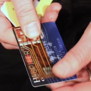 Computerexperten demonstrieren einen Man-in-the-middle-Angriff auf Kreditkarten mit Hilfe einer hauchdünne, elastischen Platine.