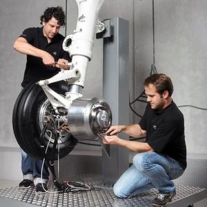 Der bereits erfolgreich getestete Bugradantrieb der DLR besteht aus zwei hocheffizienten elektrischen Motorantrieben, die in den zwei Felgen des Flugzeugbugrades eingebaut sind. (Fotos: DLR/Lufthansa Technik/Airbus)