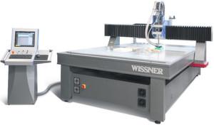Die energiesparende Flachbettmaschine Witec Basic spannt Bauteile per Vakuum nur dort, wo es deren Konturen erfordern: Das spart Ressourcen, sagt der Hersteller. Bild: Wissner