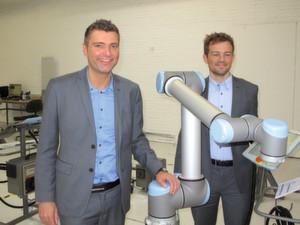 CCO Thomas Visti (links) und CTO Esben Østergaard mit dem neuen UR10-Roboter. Er bietet mehr Traglast und Reichweite. (Bild: Kroh)