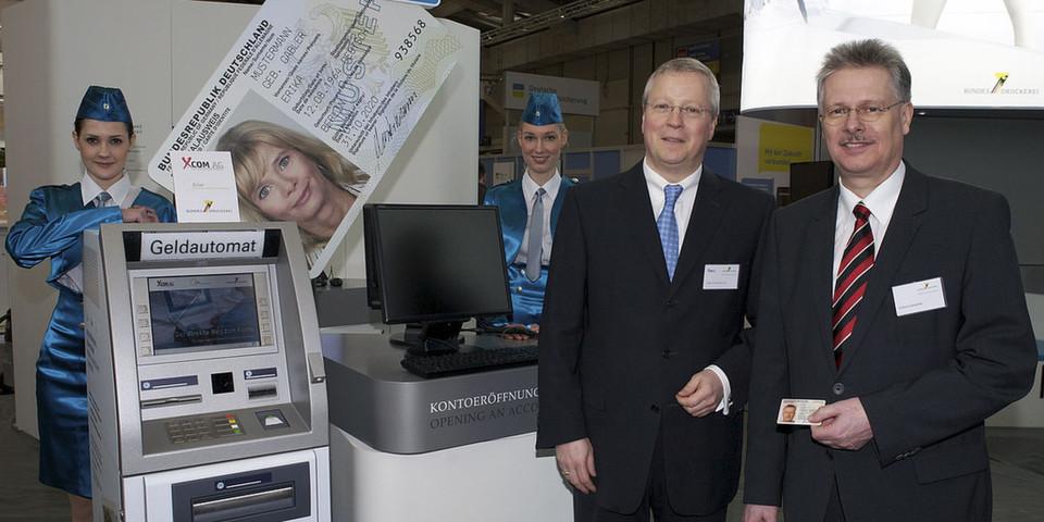 Geld abheben mit dem neuen Personalausweis (Foto: Bundesdruckerei)