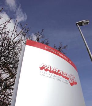 Innovative Partikelmesstechnik aus Rutesheim: Im Bild das Firmenschild am Stammsitz der Pamas Partikelmess- und Analysesysteme. (Bild: Pamas)