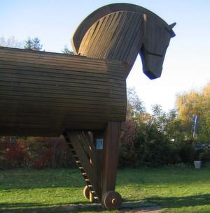 """Der Begriff """"Trojaner"""" geht auf das berühmte Trojanische Pferd zurück. In dem vorgeblichen Weihgeschenk schleusten die Griechen ihre Krieger in die belagerte Stadt Troja ein. (Schliemann-Museum Ankershagen)"""