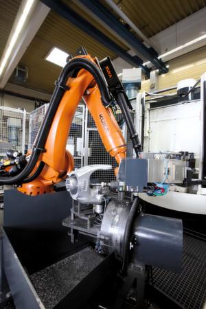 In den Nebenzeiten übernimmt der Roboter Bearbeitungsschritte von der Werkzeugmaschine. (Bild: Kuka Roboter)