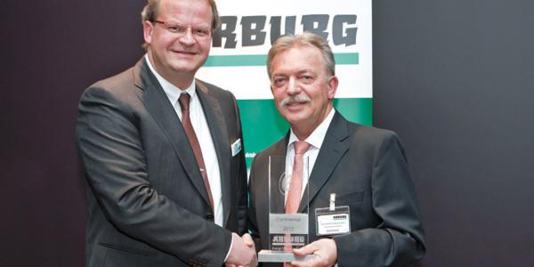 Der Arburg Energy Efficiency Award hat Michael Hehl (l.) an Karlheinz Boguslawski von Continental während der Arburg Technologietage verliehen. (Bild: Arburg)