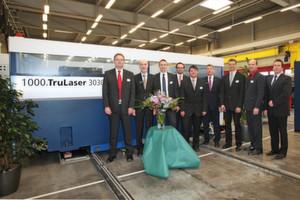 Auf das Jubiläumsmodell der Trulaser 3030 freut sich Thomas Philipp, Werksleiter bei Aesculap im schwäbischen Tuttlingen, der die Laserschneidmaschine in seiner Produktion einsetzen wird. (Bild: Trumpf)