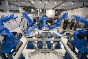 Automobilhersteller und -zulieferer sind mit einem Anteil von über 50% die größten Kunden und Treiber für Montage- und Handhabungstechnik, Robotik sowie industrielle Bildverarbeitung. (Bild: Messe München)