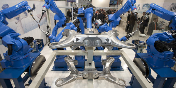 Automobilhersteller und -zulieferer sind mit einem Anteil von über 50 Prozent die größten Kunden und Treiber für Montage- und Handhabungstechnik, Robotik sowie industrielle Bildverarbeitung. Umgekehrt ist Automatisierung die Basis ihres Erfolgs. (Bild: Messe München)
