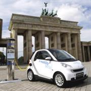 Öffentliche Ladestationen für E-Autos gibt es zu wenige. Die EU-Länder sollen sich nun verpflichtende Ziele für den Ausbau des Stromtankstellen-Netzes setzen.