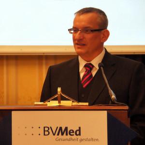 In seinem Vorwort zum BVMed-Jahresbericht mahnt BVMed-Vorstandsvorsitzender Dr. Meinrad Lugan an, Patienten einen schnelleren und unkomplizierteren Zugang zu Produktneuheiten zu ermöglichen