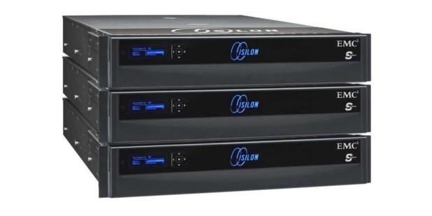 Einen komplett neuen Weg zeigt EMC mit der Scale-Out-Storage-Plattform Isilon. Jeder Isilon-Node, in der Anzahl mindestens drei, verfügt über Prozessoren, Cache, Memory und Disks. Der Cluster-Verbund basiert im Backend auf Infiniband, das für höchste Übertragungsraten und minimale Latenzen bekannt ist. Die Intelligenz der Plattform liegt im Betriebssystem OneFS.