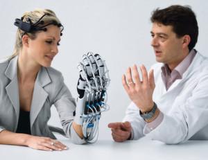 """Zusammen mit einem Brain Computer Interface unterstützt die servopneumatische """"ExoHand"""" Schlaganfall-Patienten mit Lähmungserscheinungen bei der Rehabilitation"""