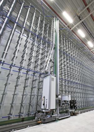 Das Regalbediengerät M-Dynamic lässt sich mit einem oder zwei Lastaufnahmemitteln ausstatten und auch in bestehenden Lagern nachrüsten. (Bild: SEW)