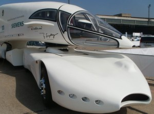 Ein LKW wird zum Elektromobil. Die TUM stellt auf der Hannover Messe 2012 den Innotruck vor. (Ljubo Mercep / TUM)