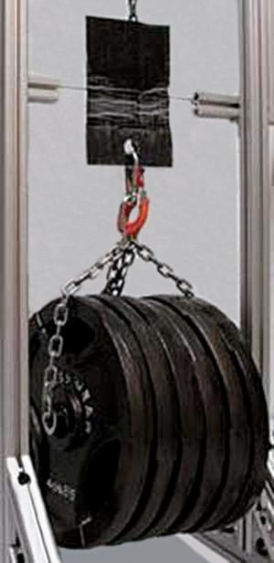 Das Klebeband hält an einer Glaswand schon bei kleiner Kontaktfläche ein Gewicht von 300 kg.