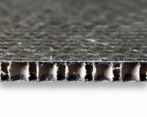 Bild 1: Polyurethan übernimmt in Sandwichkonstruktionen nicht nur die Funktion eines Matrixwerkstoffs zur Faserfixierung in den Deckschichten, sondern sorgt auch für die Anbindung des Wabenkerns.