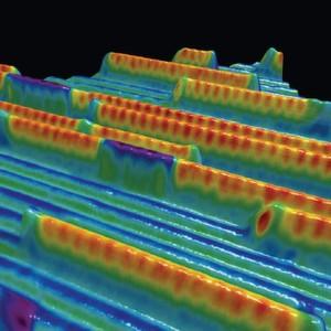 Magnetische Ordnung von Ketten aus Eisenatomen (gelb/rot) auf einer Iridiumoberfläche (blau/grün), aufgenommen mit einem Rastertunnelmikroskop mit magnetischer Spitze. Mit dieser Technik, kombiniert mit Computersimulationen, konnten Forscher aus Jülich, Hamburg und Kiel nachweisen, dass sich die magnetische Ordnung gezielt modulieren und zum Transport von Informationen nutzen lässt.