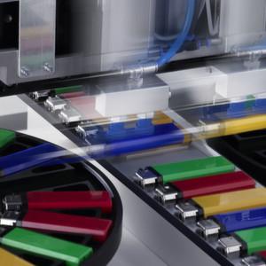 Die maßgebliche Eigenschaft der Teile, beispielsweise die Farbe, wird an der frühestmöglichen Stelle erfasst.