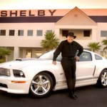 Carroll Shelby mit dem 2007er Ford Shelby GT Mustang.