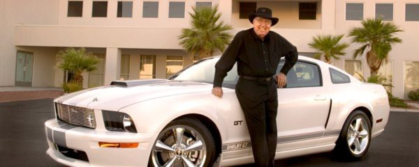 Carroll Shelby mit einem 2007er Ford Shelby Mustang. Der Konstrukteur der legendren Shelby-Sportwagen verstarb am 10. Mai 2012.