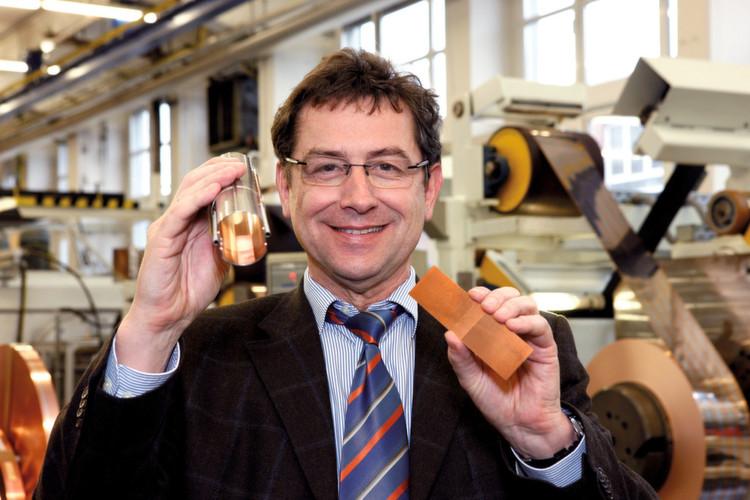 Hightech für den Urknall. Joachim-Franz Schmidt, Fertigungsleiter Walzwerk bei Heraeus in Hanau, zeigt das Sägezahn-Spezialprofil, welches