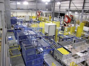 Im Wareneingang von ES3 werden die Paletten nach dem Teach-in-Prozess weiter-transportiert zu zwei Depalettierrobotern, die die Warenkartons lagenweise von der Palette nehmen.