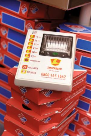 Die Lieferheld-Express-Box ist mit einer fest verbauten SIM-Karte ausgerüstet. Für ihren Einsatz ist also nicht einmal mehr ein Internetanschluss notwendig.
