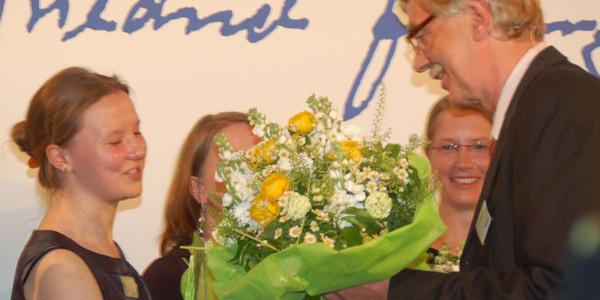 Wolfgang Behncke (rechts), Vorsitzender des Vorstands der Dr. Friedrich Jungheinrich-Stiftung, bei der Auszeichnung der Stipendiaten und Preisträger der 1. Excellence Awards am 22. Mai 2012.