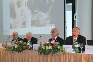 Zufrieden, aber wachsam – die Geschäftsleitung auf der Pressekonferenz: Michael Ziesemer, Klaus Riemenschneider, Klaus Endress und Dr. Luc Schultheiss (v.l.).