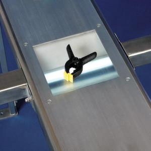 In der ausgesparten Partie des Rahmens wird die Förderfläche von unten beleuchtet - die Kamera kann das Fördergut genauer erfassen.