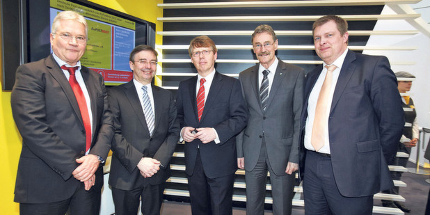 Wolfgang Schulz, PDV-Systeme GmbH, Dr. Wilfried Bernhardt, Staatssekretr des Schsischen Staatsministeriums der Justiz und fr Europa, Harald Lemke, Sonderbeauftragter fr eGovernment und eJustice der Deutschen Post, Dr. Gerhard Gey, Landrat des Landkreises Leipzig und Martin Schmeling, Geschftsfhrer, Kommunale Informationsverarbeitung Sachsen (KISA)