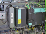 Modular und kompakt ist der Antriebsverband Sinamics S120 mit Einspeisung und Controller Extensions Simotion CX32 für insgesamt 13 Servoachsen an Hauptmaschine und Stapeltisch.