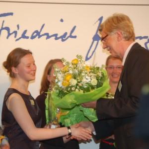 Wolfgang Behncke (rechts), Vorstandsvorsitzender der Dr. Friedrich Jungheinrich-Stiftung, bei der Auszeichnung der Stipendiaten und Preisträger der 1. Excellence Awards am 22. Mai 2012.
