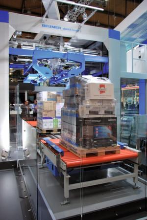 """Mit """"Stretch Hood i"""" hat Beumer eine Verpackungsanlage mit geringerer Aufstellfläche und günstigen Verbrauchswerten entwickelt."""