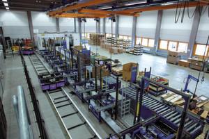 Das Lager im Überblick: Die Materialflussexperten erweiterten und optimierten die Logistikprozesse im laufenden Betrieb.
