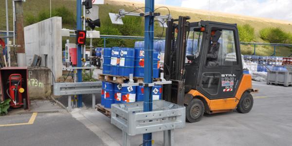 Per Lichtschranke und RFID-Lesegerät werden am Lagerplatz von Currenta die Entsorgungsintervalle der Gebinde überwacht.