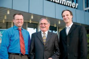 Blicken 40 Jahre nach Gründung durch Adolf Klinkhammer (Mitte) zuversichtlich nach vorne: Detlef (links), Adolf und Frank Klinkhammer.