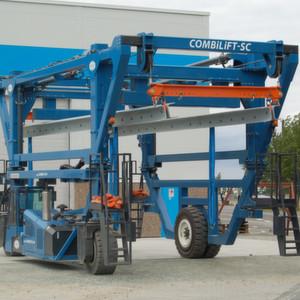 Beim dänischen Hersteller von Windenergietürmen Andresen Towers ist seit kurzem dieser dreirädrige Straddle Carrier von Combilift im Einsatz.